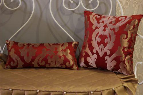 Декоративные подушки в оформлении кафе