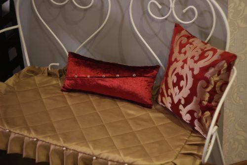Декоративные подушки в кафе
