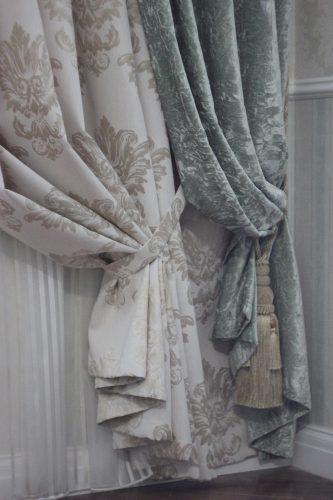 Подхват для штор лентой из ткани и кистью