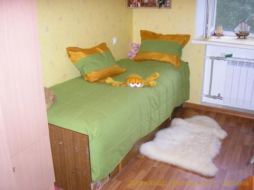 Лаконичное покрывало и подушки в комнату девушки