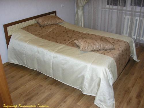 Подушки и покрывало в спальне