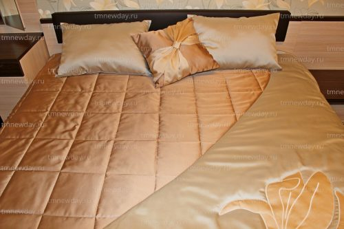 Покрывало и подушки с вышивкой