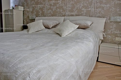 Покрывало и подушки спальня