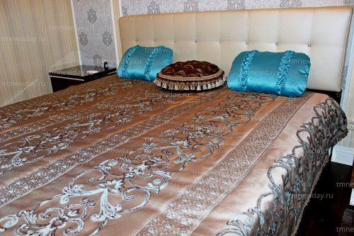 Покрывало и подушки в спальне