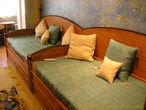 Стеганное комбинированное покрывало и подушки на диван