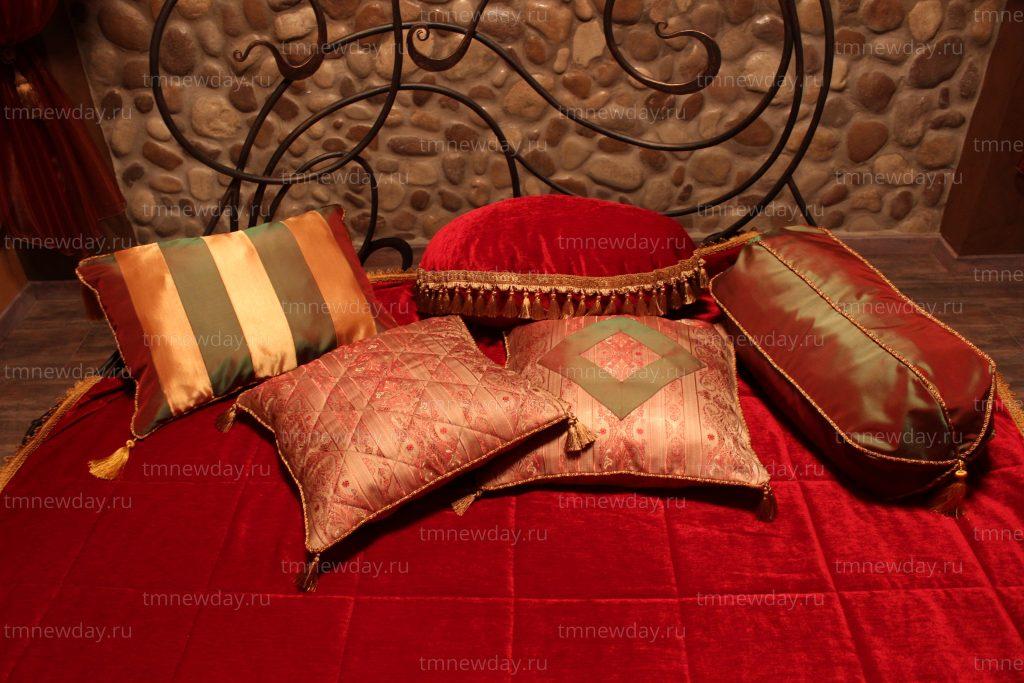 Декоративные подушки в оформлении номера Али Бабы