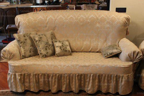 Оформление дивана чехлом и подушками